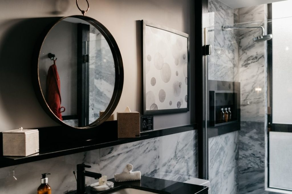 bathroom with marmol and a mirror