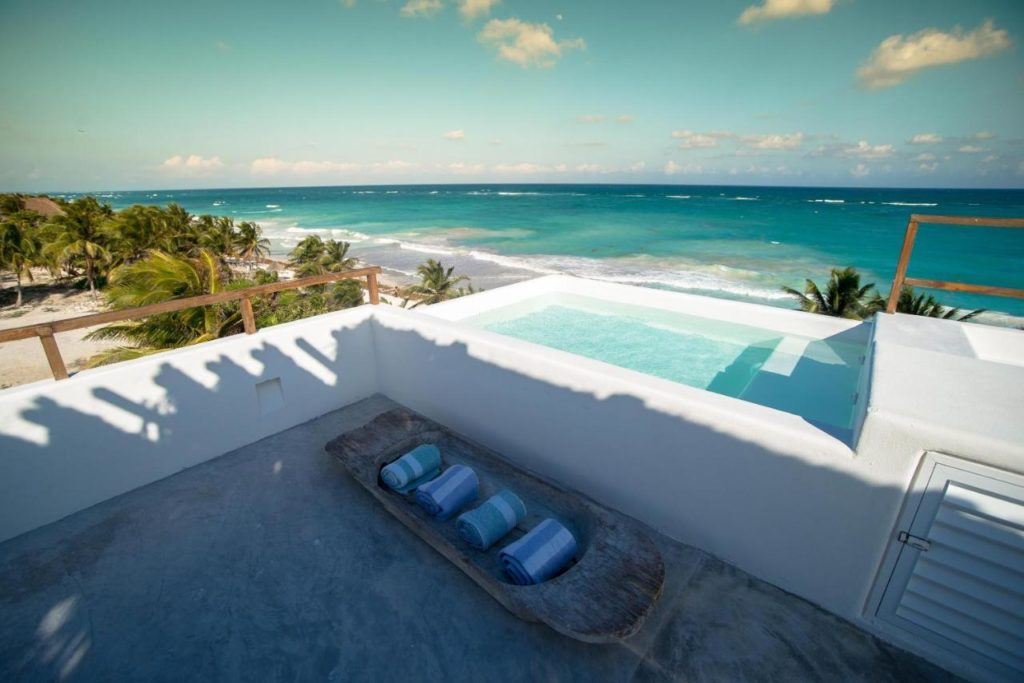 roof top pool with view over the beach